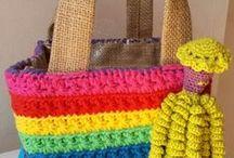 Zelfgemaakt / Zelfgemaakte sjaals, tassen,  inktvisjes , meubels, speelgoed en sieraden.