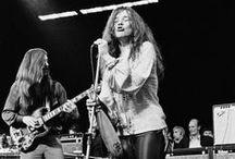 Rock / El rock es refereix a un estil de música, però també és un moviment cultural i social. La música rock ha estat sempre associada amb l'activisme polític així com els canvis en les actituds socials sobre el racisme, el sexe i l'ús de les drogues, i és utilitzat como una expressió de la rebel·lió juvenil contra el consumisme i conformisme.