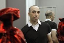 """Aziz Bekkaoui / Aziz Bekkaoui vindt modeshows te traditioneel. 'Kleding met een visie', daar staat hij voor. Mode als toegepaste kunst. """"Aan parfums en tassen heb ik geen boodschap."""" """"Bij een modeshow gaat het alleen maar om de kleding, en voor mij is het niet genoeg louter mooie kleding te maken. Er zijn al miljoenen kledingmerken die mooie dingen maken. 15-08-2007 in http://www.gelderlander.nl/specials/mode/article1726009.ec"""