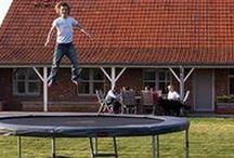 Trampoliinit / Trampoliini on hyvä hankinta kotipihalle kun haluat lapsillesi ja itsellesi mukavan harrastuksen, jossa kaloreita kuluu ja koordinaatio paranee ihan huomaamatta. Hanki trampoliini helposti Tasapeli.fi verkkokaupasta!