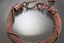 Webtechniken / Alte Webtechniken wie Viking Knit, Kumihimo, Soumak weaving u.s.w sind fazinierende Techniken und können mit so unterschiedlichen Materiallien erstellt werden
