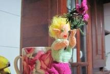 Mis Duendes amigurumi / Duendes rubios, pelirrojos y castaños, subidos en los árboles y en las flores. Colgando y meciendo las hojas y las ramas, cantando dulces canciones de cuna. Amigurumi fairy.