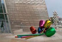 Tulipanes del Guggenheim de Bilbao / Una obra de Jeff Koons (1995-2004) que me encanta. Son como globos de colores enormes, pertenece a la serie Celebración. Está realizado en acero inoxidable alto en cromo con laca de color translúcida. Sus dimensiones son 203 x 460 x 520 cm.