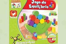 """Science Júnior / A """"Science Júnior"""" é uma linha especialmente direcionada a crianças entre os 3 e os 5 anos, que visa estimular diferentes capacidades cognitivas enquanto estas brincam. Numa faixa etária em que a absorção de conhecimento é mais ativa, estes kits proporcionam estímulos positivos, essenciais ao desenvolvimento neurocognitivo da criança, incrementando o gosto pela aprendizagem."""
