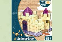 """Construções / A linha de brinquedos """"Construções"""" permite à criança construir réplicas em 3 dimensões de famosos monumentos, veículos e edifícios emblemáticos. Esta coleção propicia o desenvolvimento das habilidades motoras da criança, enquanto brinca e desenvolve a imaginação e raciocínio."""