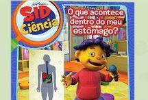 """Sid Ciência / é uma série de animação, na qual o protagonista Sid é uma criança curiosa e adora descobrir o mundo que o rodeia. Com a ajuda dos amigos, da professora e da sua família, Sid desvenda vários enigmas do mundo da ciência, presentes no nosso dia a dia. Com o intuito de despertar nas crianças a curiosidade pelo mundo que as rodeia, a Science4you desenvolveu a linha """"Sid Ciência"""", que visa contribuir para o seu desenvolvimento cognitivo, de forma lúdica e pedagógica."""