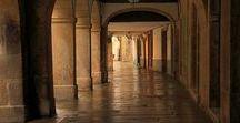 """SANTIAGO DE COMPOSTELA ... / Los orígenes del lugar se remontan al siglo I d. de C. aunque su desarrollo como villa comienza en el siglo IX para a finales del XII convertirse en el principal centro de peregrinación católica y su """"Camino"""" en la principal vía cultural de lo que hoy se conoce como Europa. La mayor parte de la ciudad, como la conocemos hoy en día pertenece a su etapa barroca."""