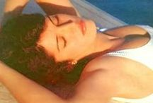 Dalida - la villa en Corse et vacances / En Corse, Dalida choisit de bâtir, en 1971, une villa aux formes arrondies qui lui rappelle son Égypte natale. Elle veut qu'elle devienne un lieu de repos pour y accueillir sa tribu : famille et amis proches. Les images d'archives montrent, dans sa villa corse, une Dalida heureuse avec ceux qu'elle aime, autour d'un repas, d'une partie de Scrabble ou dans la piscine. «Elle aimait croquer la vie à pleines dents»,