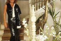 Dalida dans son escalier / Dalida
