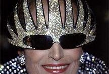 Dalida dans le masque / Après sa dernière opération aux yeux en 1985 Dalida ne supportait pas la lumière. Lors d'un gala au Lido elle protégeait ses yeux derrière des lunettes qui faisaient sensation. Alain Mikli's '1000 Swarowski Strass Mask'
