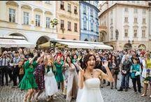 Svatba ve stylu Shabby Chic / Svatba ve stylu Shabby Chic se konala v pražské restauraci Soho+. Kytice nevěsty z růží, eustom, třezalky, scabiosy stellaty a hortenzie, korsáž ženicha a nespoutaná fantazie stolních dekorací ve stylu Shabby Chic