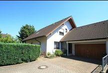 Großzügiges Zweifamilienhaus / Zweifamilienhaus (7 Zimmer) mit wunderschönem Garten, großer Terrasse und Aussichtsbalkon in ruhigem und gewachsenem Wohngebiet in Karlsruhe-Grötzingen. Die Immobilie verfügt über ca. 180 m² Wohnfläche und ca. 660 m² Grundstücksfläche.