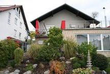 Asiatische Akzente erinnern an Urlaubstage / Neuwertiges Einfamilienhaus (ca. 280m² Wfl.) mit zahlreichen Highlights – darunter ein herrlich angelegter Garten und zwei Sonnenterrassen.