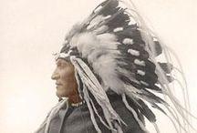 Cherokee Chiefs / Les Cherokees habitaient dans l'est et le sud-est des É.U. (Géorgie, Carolines). Ils faisaient partie de l'organisation dite des Cinq tribus civilisées. On estime qu'il existe aujourd'hui entre 5 et 7 millions de descendants des Cherokees.    http://en.wikipedia.org/wiki/Principal_Chiefs_of_the_Cherokee - http://www.cherokee.org/AboutTheNation/History/Chiefs.aspx