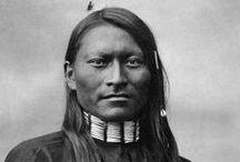 Cheyenne Chiefs  / Les Cheyennes sont une nation amérindienne des Grandes Plaines, proches alliés des Arapahos et généralement alliés des Lakotas (Sioux). Ils sont l'une des plus célèbres et importantes tribus des Plaines. ...  Au début du XIXe siècle, la tribu s'est séparée en deux groupes : celui du sud restant près de la Platte River et celui du nord vivant près des Black Hills à proximité des tribus Lakotas. http://fr.wikipedia.org/wiki/Cheyennes - http://en.wikipedia.org/wiki/Cheyenne_people