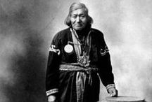 Mi'kmaq Chiefs / Les Micmacs sont un peuple de la côte nord-est d'Amérique. Il y a ajd 28 groupes de cette ethnie au Canada et un seul aux É.U.. Le territoire des Micmacs comprenait les provinces maritimes du Canada et la péninsule de la Gaspésie au Québec. Arrivés il y a plus de 10,000 ans en Gaspésie, les Micmacs ont conquis plusieurs provinces maritimes du Canada. http://fr.wikipedia.org/wiki/Micmacs - http://en.wikipedia.org/wiki/Mi'kmaq_people