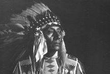 Atsina (Gros-Ventres) Chiefs / Les Atsinas (ou Gros Ventres) sont une tribu amérindienne habitant les plaines du nord du Montana et du sud de la Saskatchewan, entre les rivières Missouri et Saskatchewan. Ils parlent une langue algonquienne. Les Atsinas sont une branche détachée des Arapahos, qui fut à une certaine époque associée aux Pieds-Noirs. -  http://fr.wikipedia.org/wiki/Atsinas - http://en.wikipedia.org/wiki/Gros_Ventre_people