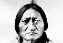 Sioux Chiefs (Dakotas, Lakotas, Nakotas) / Ce peuple se partageait en trois grands groupes géographiques, à leur tour subdivisés en sept tribus: 1) Les Dakotas ou Santis (Minnesota): Sissetons, Wahpetons, Wahpekutes, Mdewakantons. 2) Les Nakotas (Dakota): Yanktons, Yanktonnais. 3) Les Lakotas (Wyoming): Hunkpapas, Oglalas, Brûlés, Minneconjous, Sans-Arcs, Chaudières, Pieds-Noirs ou Blackfeet Sioux (ne pas confondre avec le peuple algonquin des Blackfoot). WIKIPÉDIA
