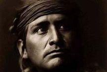 Navajo Chiefs / Les Navajos (ou Navahos) constituent un peuple amérindien d'Amérique du Nord de la famille linguistique athapascane et de la zone culturelle du sud-ouest. Les Navajos vivent aux États-Unis, dans des réserves du nord-est de l'Arizona et des régions contiguës du Nouveau-Mexique et de l'Utah. Ils sont étroitement apparentés aux Apaches. http://fr.wikipedia.org/wiki/Navajos - http://en.wikipedia.org/wiki/Navajo_people