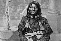 Modoc Chiefs / La tribu Modoc est un peuple amérindien qui vivait à l'origine sur un territoire qui est aujourd'hui le nord-est de la Californie et le centre sud de l'Oregon. Ils sont aujourd'hui répartis entre l'Oregon et l'Oklahoma.  Les Modoc, comme tous Indiens du Plateau, attrapaient du saumon lors de sa période de fraie et migraient avec les saisons pour s'approvisionner en autres vivres. Ils vivaient dans des tentes et des huttes en terre. - http://fr.wikipedia.org/wiki/Modoc_(tribu)