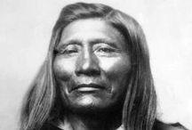 Shoshone Chiefs  / Les Shoshones sont une tribu d'Indiens d'Amérique, vivant sur le territoire des États-Unis actuels.  On les appelle aussi les Snake (les gens du serpent). Ils sont proches des Païutes, Comanches, et des Utes. Ils occupaient une grande région du Grand Bassin et des Grandes Plaines. Ils adoptèrent rapidement le cheval avec l'arrivée des premiers colons européens.  http://fr.wikipedia.org/wiki/Shoshones - http://en.wikipedia.org/wiki/Shoshone_people
