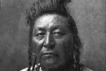 Crow (Apsaroke) Chiefs / Les Crows, également appelés Corbeaux, Absaroka ou Absáalooke, sont une tribu amérindienne qui vivait historiquement dans la vallée du fleuve Yellowstone, et qui ont été déplacés par le gouvernement des É.U. d'Amérique dans une réserve au sud de Billings (Montana). Le centre politique des Crows est situé à Crow Agency (Montana). --- http://fr.wikipedia.org/wiki/Crows - http://fr.wikipedia.org/wiki/Crows
