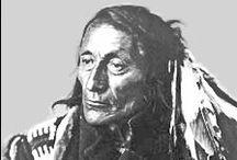 Blackfoot Chiefs  / Les Blackfoot (Pieds-Noirs) sont à ne pas confondre avec le peuple Sioux des Blackfeet. La Confédération des Pieds-Noirs (Blackfoot Confederacy) comprend:  • Les Siksikas, Alberta, Canada;  • Les Northern Peigan (ou Pikunis), Alberta, Canada;  • Les Piegan Blackfeet, Montana, USA;  • Les Gens-du-Sang (ou Blood), Alberta, Canada.  Ils sont traditionnellement des chasseurs de bisons et ont longtemps été considérés comme de redoutables guerriers. Wikipédia