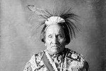 Iroquois Chiefs  / Les Iroquois (ou Haudenosaunee) connus aussi par l'expression Cinq-Nations comprennent effectivement cinq et puis plus tard six nations amérindiennes (Mohawk, Oneida, Onondaga, Cayuga, Seneca, Tuscarora), de langues iroquoises vivant historiquement dans le nord de l'État de New York aux É.U. au sud du lac Ontario et du fleuve Saint-Laurent. La plupart des quelques 125 000 Iroquois vivent aujourd'hui en Ontario au Canada et dans l'État de New York. - http://fr.wikipedia.org/wiki/Iroquois