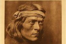 Pueblo Chiefs  / Les indiens Pueblos sont des Amérindiens vivant dans des maisons juxtaposées, en pierre ou en adobe, appelées pueblos. Par extension, on utilise le terme pour désigner leurs habitants, bien que les pueblos ne forment pas un peuple unique. Traditionnellement, les Pueblos vivaient de l'agriculture et leurs poteries, tissages et bijoux sont réputés. Les deux tribus les plus importantes sont les Hopis et les Zuñis. Les Indiens Pueblos de l'époque précolombienne sont appelés Anasazis. Wikipédia