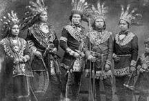 Ojibwe/Chippewa Chiefs / Les Ojibwés sont la plus grande nation amérindienne en Amérique du Nord, en incluant les Métis. C'est le troisième groupe en importance aux É.U., derrière Cherokees et Navajos. Leur nombre est réparti de façon sensiblement égale entre É.U. et Canada. (...) Le terme Chippewa, déformation anglophone de Ojibwa, prédomine aux É.U.. Le terme Anishinaabe (peuple des origines) se répand de plus en plus au Canada. - http://fr.wikipedia.org/wiki/Ojibw%C3%A9s - http://en.wikipedia.org/wiki/Ojibwe_people