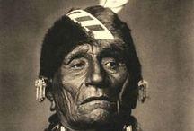 Kaw Chiefs / Les Kaws sont un peuple amérindien du centre des É.U. d'Amérique. La tribu Kaw a aussi été appelée Peuple du Vent (Wind People), Kaza, Kanza, Kosa et Kasa. Le nom Kansas est dérivé du nom de ce peuple. Les Kaws sont de proches parents de la tribu des Osages. -  http://fr.wikipedia.org/wiki/Kaws - http://en.wikipedia.org/wiki/Kaw_people