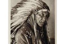"""Osage Chiefs / Chefs / La tribu des Osages est une tribu d'Amérindiens vivant aux É.U., principalement dans le comté d'Osage, Oklahoma. En langue Osage, les Osages s'appellent eux-mêmes Wazházhe ce qui signifie """"enfants de l'eau du milieu"""". Le nom Osage serait une déformation d'origine française due aux trappeurs et coureurs des bois français et canadiens-français parcourant ces territoires de la Louisiane et de la Nouvelle-France. - http://fr.wikipedia.org/wiki/Osages - http://en.wikipedia.org/wiki/Osage_Nation"""
