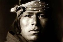 Pueblo People (Acoma, Hopi, Taos, Tewa, Zuni) / Les indiens Pueblos sont des Amérindiens vivant dans des maisons juxtaposées, en pierre ou en adobe, appelées pueblos. Par extension, on utilise le terme pour désigner leurs habitants, bien que les pueblos ne forment pas un peuple unique. Traditionnellement, les Pueblos vivaient de l'agriculture et leurs poteries, tissages et bijoux sont réputés. Les deux tribus les plus importantes sont les Hopis et les Zuñis. Les Indiens Pueblos de l'époque précolombienne sont appelés Anasazis. Wikipédia