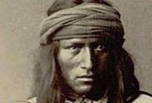 Apache People / Nomades et chasseurs dans un environnement semi-aride, les Apaches furent de farouches guerriers attaquant les peuples cultivateurs dont les Pueblos et d'autres tribus. Ils s'opposèrent plus tard aux colons espagnols, puis aux Mexicains et aux colons européens. Ils furent finalement vaincus et décimés par ces derniers à la fin du XIXe siècle et leurs quelques descendants vivent aujourd'hui dans des réserves.  Leurs chefs les plus célèbres sont Mangas Coloradas, Cochise et Geronimo.  (Wikipédia)