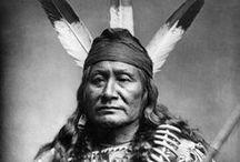 Sioux People (Dakotas, Lakotas, Nakotas) / Ce peuple se partageait en trois grands groupes géographiques, à leur tour subdivisés en sept tribus: 1) Les Dakotas ou Santis (Minnesota): Sissetons, Wahpetons, Wahpekutes, Mdewakantons. 2) Les Nakotas (Dakota): Yanktons, Yanktonnais. 3) Les Lakotas (Wyoming): Hunkpapas, Oglalas, Brûlés, Minneconjous, Sans-Arcs, Chaudières, Pieds-Noirs ou Blackfeet Sioux (ne pas confondre avec le peuple algonquin des Blackfoot).  WIKIPÉDIA