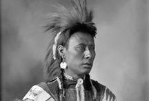 Blackfoot People / Les Blackfoot (Pieds-Noirs) sont à ne pas confondre avec le peuple Sioux des Blackfeet. La Confédération des Pieds-Noirs (Blackfoot Confederacy) comprend:  • Les Siksikas, Alberta, Canada;  • Les Northern Peigan (ou Pikunis), Alberta, Canada;  • Les Piegan Blackfeet, Montana, USA;  • Les Gens-du-Sang (ou Blood), Alberta, Canada.  Ils sont traditionnellement des chasseurs de bisons et ont longtemps été considérés comme de redoutables guerriers. Wikipédia
