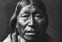 Cheyenne People / Les Cheyennes sont une nation amérindienne des Grandes Plaines, proches alliés des Arapahos et généralement alliés des Lakotas (Sioux). Ils sont l'une des plus célèbres et importantes tribus des Plaines.  La nation Cheyenne est composée de l'union de deux tribus, les Tsitsistas et les Sotaae'o. Elle incluait dix bandes, dont les territoires s'étendaient sur l'ensemble des Grandes Plaines, du sud du Colorado aux Black Hills dans le Dakota du Sud.  Wikipédia