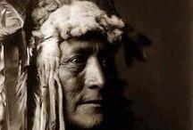 Hidatsa Chiefs / Les Hidatsas aussi appelés Gros Ventre du Missouri sont une tribu amérindienne originaire du Dakota du Nord. Ils étaient des alliés des Mandans, avec lesquels ils se groupèrent au sein de la Nation Mandan, Hidatsa et Arikara. /// The Hidatsa are a Siouan people, a part of the Three Affiliated Tribes. ... What is now known as the Hidatsa tribe is the amalgamation of three groups: the Hidatsa proper, the Awatixa, and the Awaxawi (Bowers 1965). Wikipedia