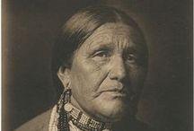 Otoe People / Les Oto, aussi appelés Otoe, sont un peuple indigène de l'Oklahoma parlant une langue sioux. Avec les Missouris, les Omahas et les Poncas, les Otos faisaient autrefois partie des Ho-Chunk (Winnebagos). Wikipedia
