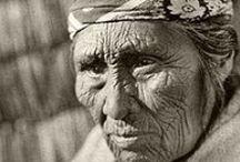 Klamath People / La tribu Klamath est un peuple amérindien qui vivait dans le sud de l'Oregon. Ils sont apparentés aux autres peuples du plateau du Columbia, et particulièrement aux Modocs. ... Ils étaient connus pour effectuer des raids sur les tribus voisines et occasionnellement faire de prisonniers des esclaves. Ils commerçaient avec les Chinooks, implantés à l'endroit de l'actuelle ville de The Dalles. Kit Carson admirait leurs flèches ; les Klamaths pouvaient transpercer un cheval avec. Wikipédia