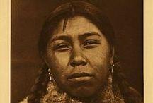 Skokomish People / La tribu Skokomish, aka Twana, est une tribu amérindienne présente dans le nord-ouest des États-Unis (état de Washington). La tribu vit non loin du canal Hood, un bras de mer relié à l'océan Pacifique via le Puget Sound. La tribu vivait de la chasse, de la pêche et de la cueillette. Elle avait une vie nomade durant les mois chauds mais résidait dans des habitations permanentes durant les hivers. La tribu emploie un langage de la famille des langues Salish. Wikipédia