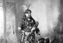 Omaha People / Les Omahas sont un peuple Nord-Amérindien du groupe des Sioux, proche parent des Poncas. À l'origine, les Omahas, ou « ceux qui vont contre le vent ou le courant », vivaient sur la côte Atlantique puis, au 17e siècle, ont migré à l'ouest du fleuve Missouri. Dans cette nouvelle région, les Omahas vivent comme les autres peuples des plaines. Ils construisent des tipis l'été et des huttes recouvertes de terre en hiver.  Les Omahas vivaient de chasse et d'un peu d'agriculture. ... Wikipédia