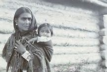 Athapascan People / Le terme d'athapascan (ou athabascan) désigne un vaste ensemble de peuples amérindiens répartis en deux groupes principaux situés au sud-ouest et au nord-ouest de l'Amérique du Nord, ainsi que la famille regroupant toutes leurs langues. Le mot athapascan provient du mot cri désignant le lac Athabasca au Canada. Le mot athapascan provient du mot cri désignant le lac Athabasca au Canada.