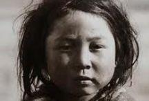 Inuits  / Les Inuits sont un groupe de peuples autochtones partageant des similarités culturelles et une origine ethnique commune vivant dans les régions arctiques de l'Amérique du Nord. Il y a environ 150 000 Inuits vivant au Canada et aux États-Unis.  Les Inuits ne sont pas considérés comme des Amérindiens puisque leurs ancêtres seraient venus en Amérique plusieurs millénaires après l'arrivée des Paléoasiatiques, les ancêtres des Amérindiens. ... Wikipédia
