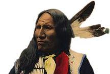 Suquamish People / La tribu Suquamish est une tribu amérindienne vivant dans l'Ouest de l'État de Washington, aux États-Unis. Ces Amérindiens vivaient de la pêche et construisaient de grandes habitations pour se protéger des hivers humides à l'ouest de la Chaîne des Cascades. En hiver ils avaient tendance à se regrouper dans un même village. La tribu a connu deux grands chefs. Le chef Kitsap et le chef Seattle qui est à l'origine du nom de la ville de Seattle.