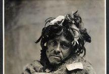 Tlingit People (Southeast Alaska) / Les Tlingits sont une nation autochtone d'Amérique du Nord. Ils occupent l'Alaska du Sud-Est, un territoire qui comprend la zone côtière du sud-est de l'Alaska et les îles qui lui font face. Ils ont développé une culture complexe basée sur la chasse et la cueillette dans les forêts tempérées humides de la région. Regroupée en 18 « tribus », la société tlingite est hiérarchisée. Avec un système matrilinéaire, elle comprend des nobles, des gens du commun et des esclaves. Wikipédia