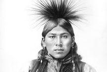 Kickapoo People / Trois tribus identifiées de Kickapous sont encore présentes aux États-Unis : les Kickapous du Kansas, les Kickapous de l'Oklahoma et la tribu traditionnelle des Kickapous du Texas. Il y a aussi une communauté kickapoue à Coahuila au Mexique. De plus, une importante communauté kickapoue en Arizona est actuellement en quête d'une reconnaissance fédérale. Enfin des petites communautés subsistent dans tout l'ouest des États-Unis. Wikipédia