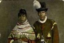 Seminole People / Les Séminoles sont un peuple amérindien d'Amérique du Nord. Ils résident maintenant en Floride, État dont ils sont originaires, et en Oklahoma. La nation séminole a émergé au XVIIIe siècle; elle était composée d'Indiens des actuels États de Géorgie, du Mississippi, de l'Alabama, et de Floride, le plus souvent issus de la nation Creek mais aussi d'Afro-américains fuyant l'esclavage de Géorgie (voir Séminoles noirs).  http://fr.wikipedia.org/wiki/S%C3%A9minoles