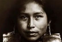 Kwakwaka'wakw Chiefs (aka Kwakiutl)  / Les « kwakwaka'wakws » (souvent appelés Kwakiutls, nom de la bande de Fort Rupert, ainsi que Kwagulth) occupent les régions côtières de la Colombie-Britannique s'étendant de Smith Inlet, au nord, jusqu'à Cape Mudge, au sud, et de Quatsino, à l'ouest, jusqu'à Knight Inlet, à l'est.  www.thecanadianencyclopedia.com