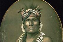 Kaw People / Les Kaws sont un peuple amérindien du centre des É.U. d'Amérique. La tribu Kaw a aussi été appelée Peuple du Vent (Wind People), Kaza, Kanza, Kosa et Kasa. Le nom Kansas est dérivé du nom de ce peuple. Les Kaws sont de proches parents de la tribu des Osages. -  http://fr.wikipedia.org/wiki/Kaws - http://en.wikipedia.org/wiki/Kaw_people